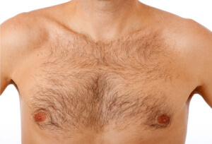 Behaarte Brust eines Mannes