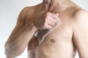 Brusthaare entfernen mit Kaltwachsstreifen für Männer